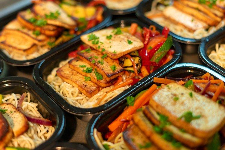 Tofu mariné grillé miel ail et citron, poêlé de légumes et nouilles